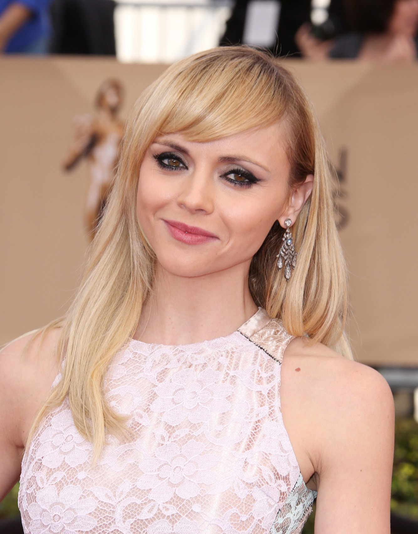 2 christina ricci dengan model rambut lurus dan poni samping