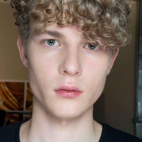 25 Trend Rambut Ikal Pria Yang Bikin Penampilanmu Semakin Keren