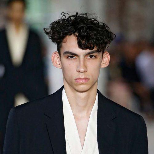28 Trend Rambut Ikal Pria Yang Bikin Penampilanmu Semakin Keren