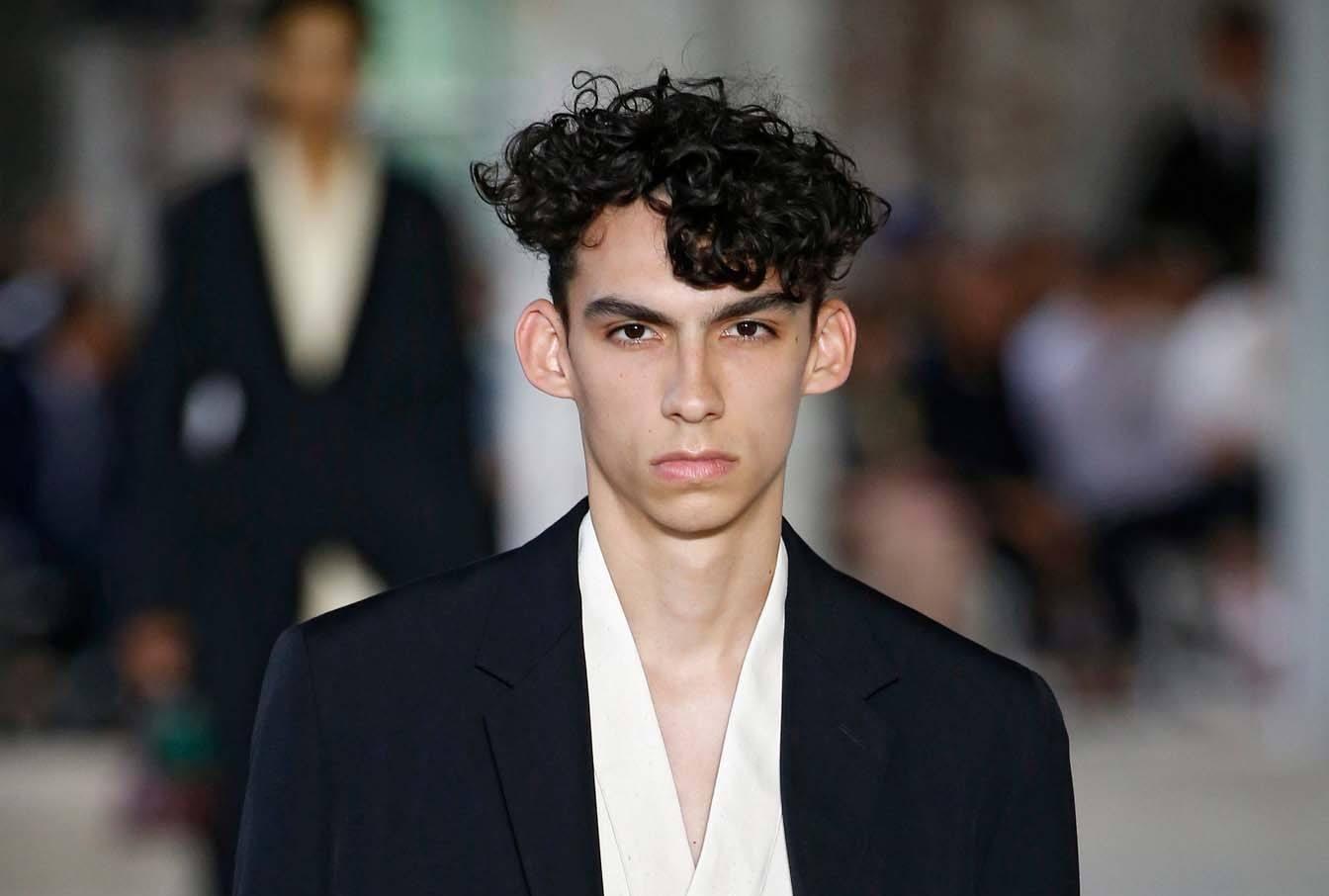 5 Trend Rambut Ikal Pria yang Bikin Penampilanmu Semakin Keren