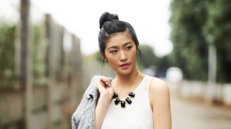 Wanita asia dengan rambut sanggul kepang