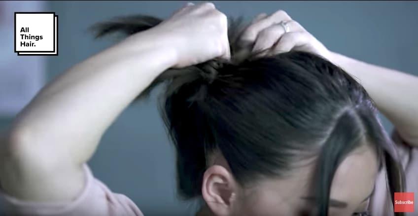 Tyna Kanna Mirdad dengan warna rambut hitam sedang membuat sanggul