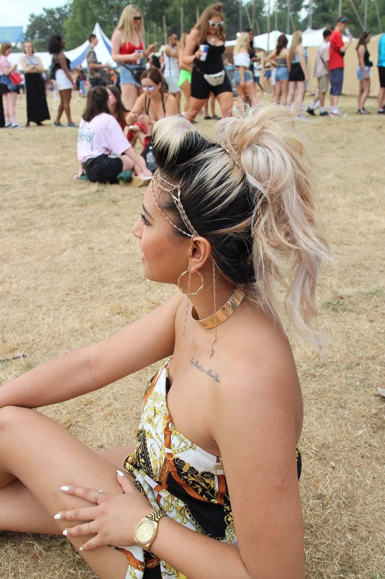 Aksesoris mahkota rantai atau chain crown gaya rambut festival.