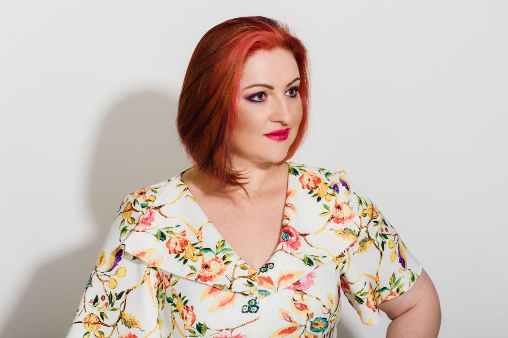 3 highlight rambut pendek pada rambut warna merah dan oranye
