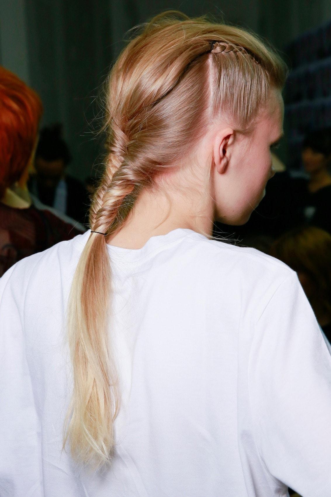 Fishtail braid dengan gaya mini braid gaya rambut festival.