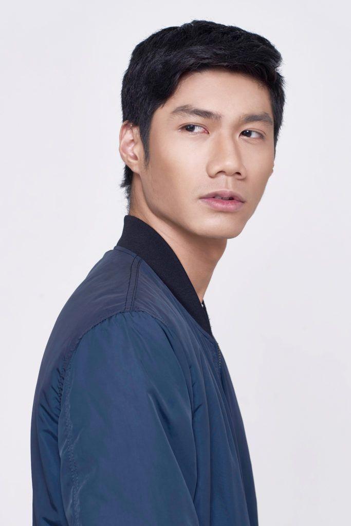 Pria Asia dengan gaya rambut comb over