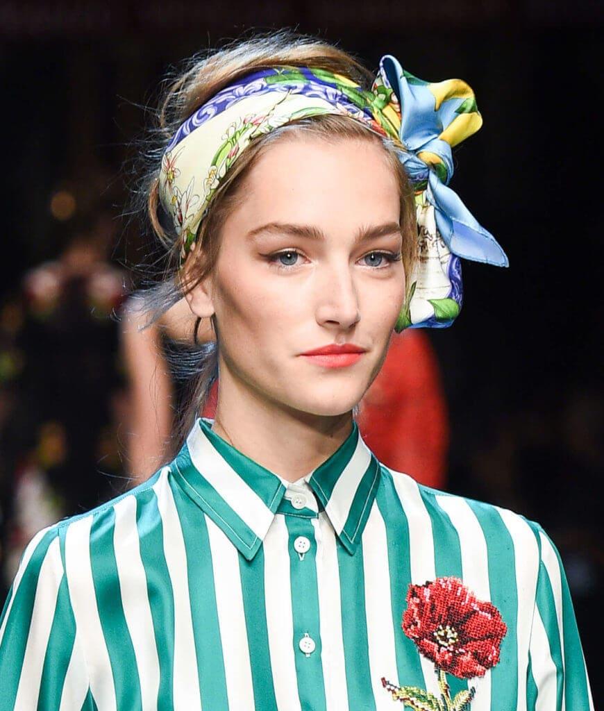 Cepol dengan headscarf gaya rambut simple.