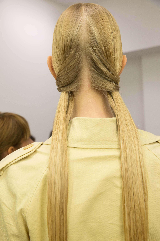 Low pigtails gaya rambut simple.