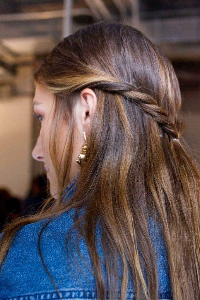 Gaya rambut simple twisted half updo.