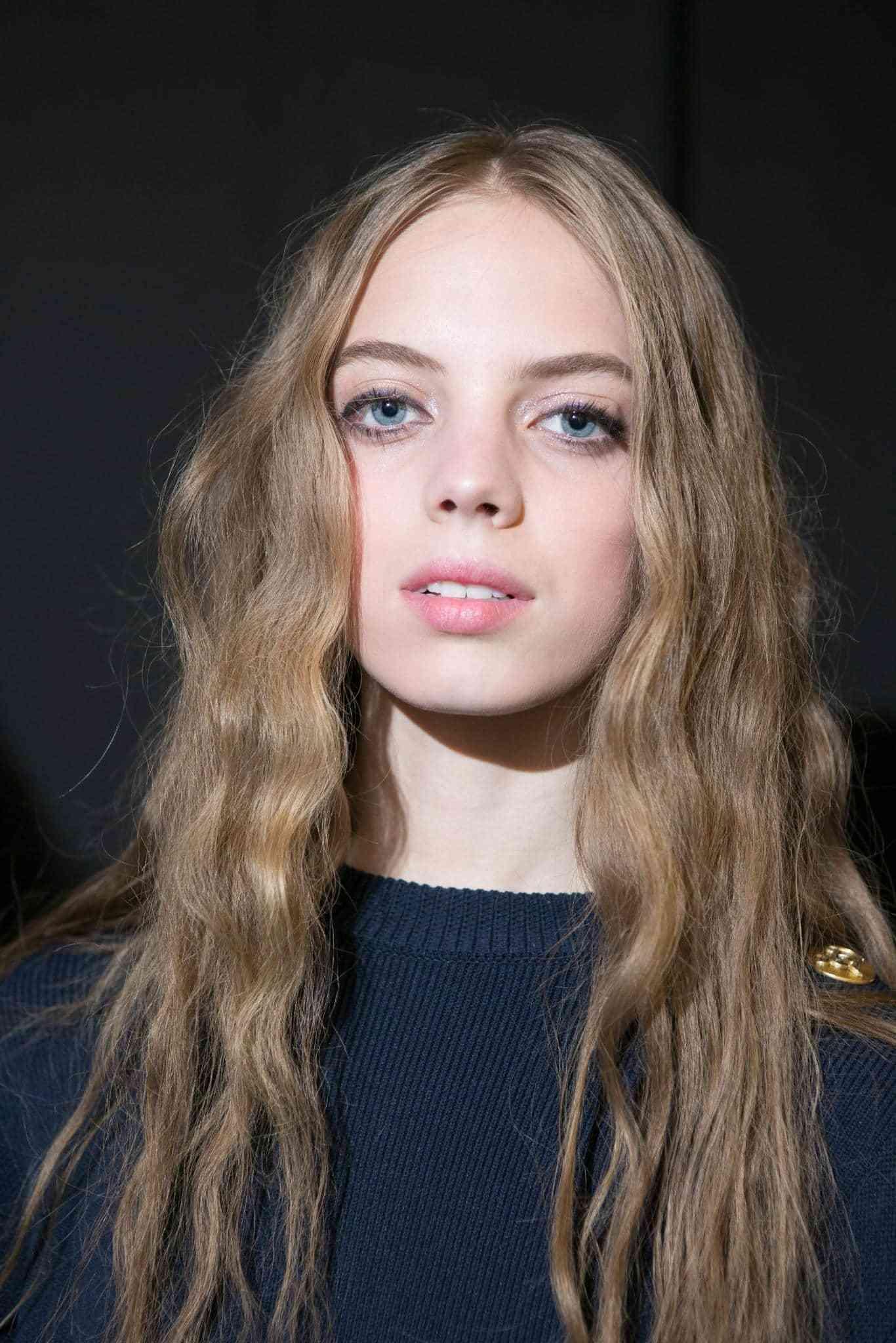 Gaya rambut simple heatless curl dengan kepang.