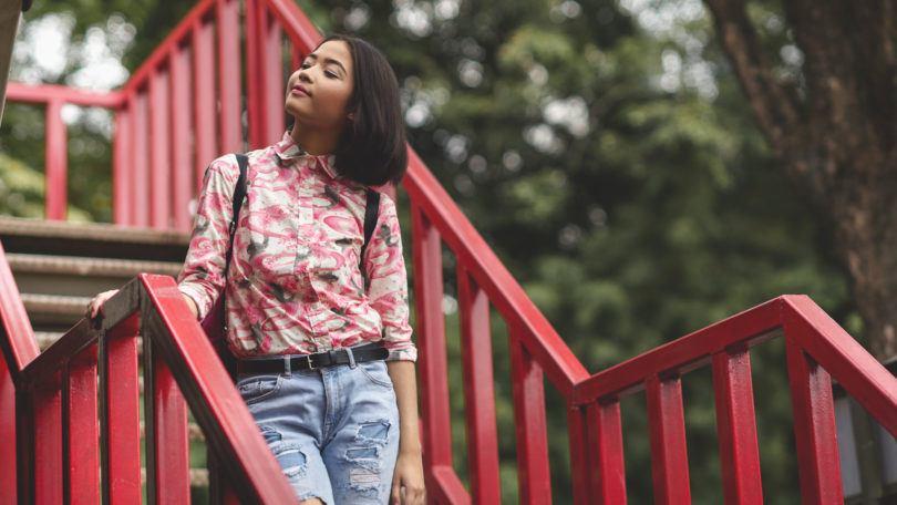 Wanita asia dengan model rambut bob pendek