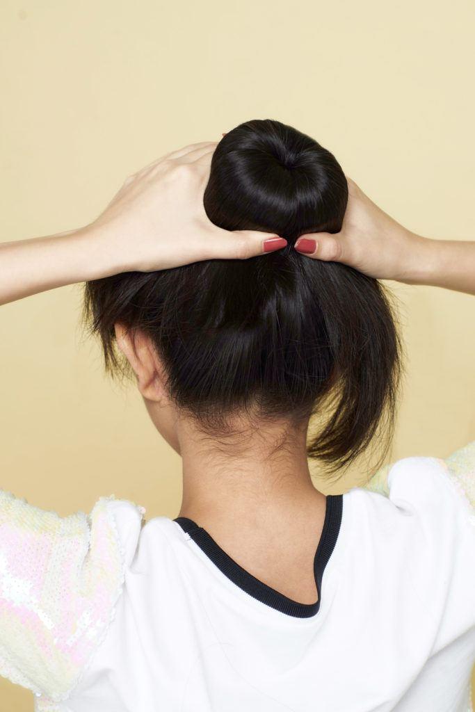 bentuk rambut menjadi cepol.