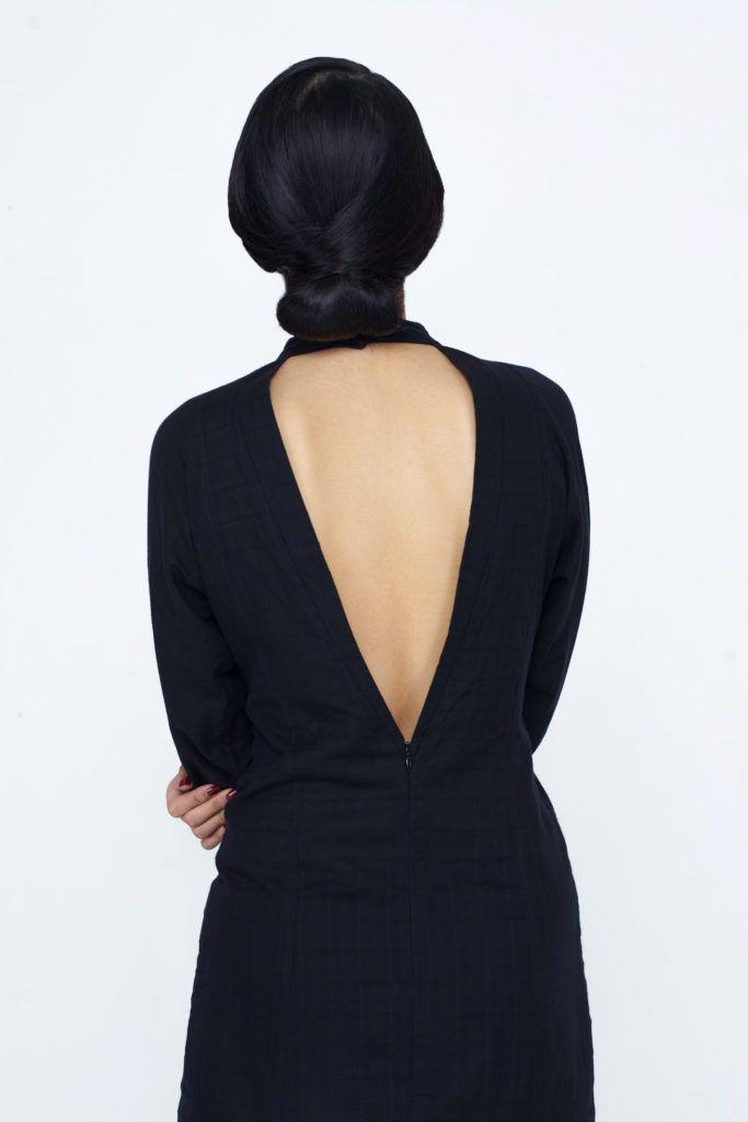 Wanita Asia dengan Model rambut sanggul chignon klasik.