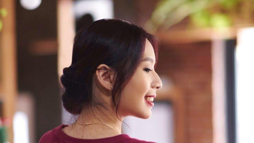 Wanita asia dengan rambut banana bun