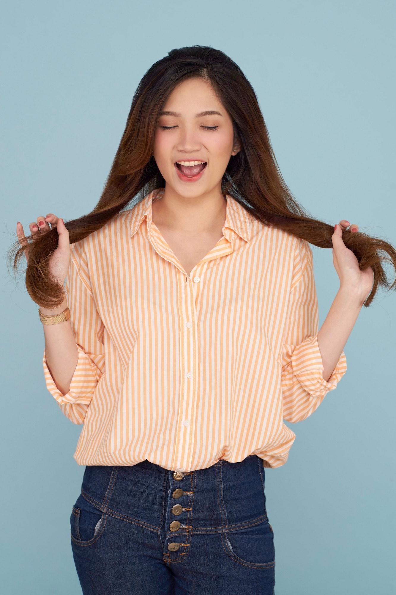 Wanita asia dengan rambut panjang sehat tidak rontok parah