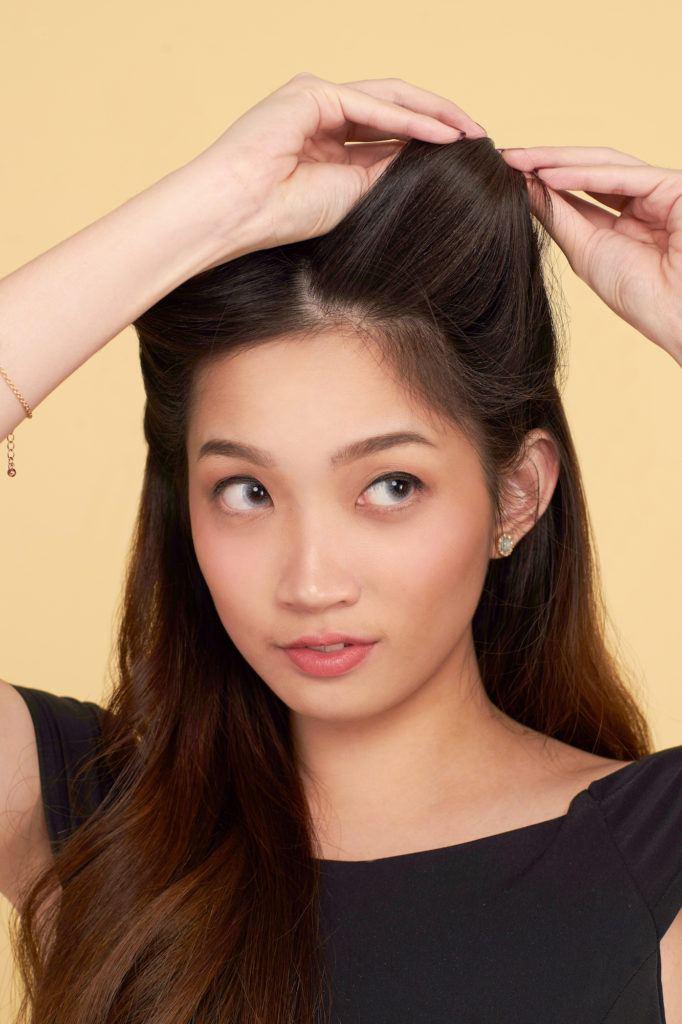 Wanita asia menggulung rambut di samping.