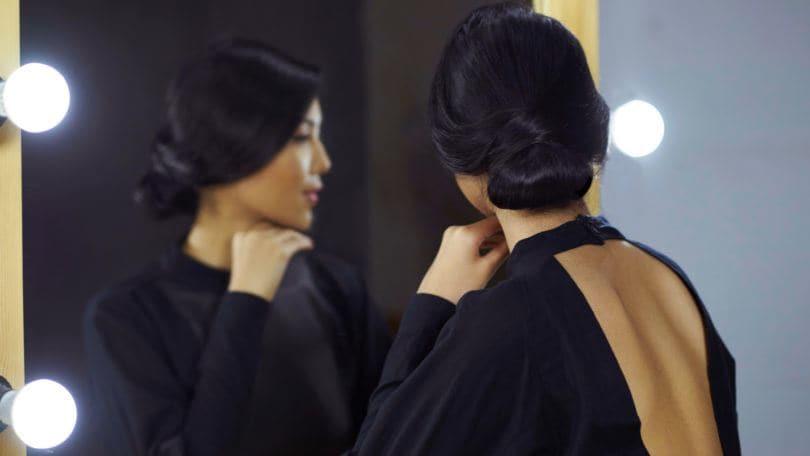 Wanita asia dengan gaya rambut chignon.