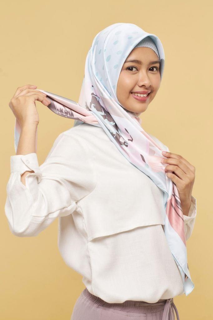 silangkan kedua ujung hijab