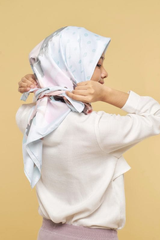 Ikat kedua ujung hijab di belakang leher.
