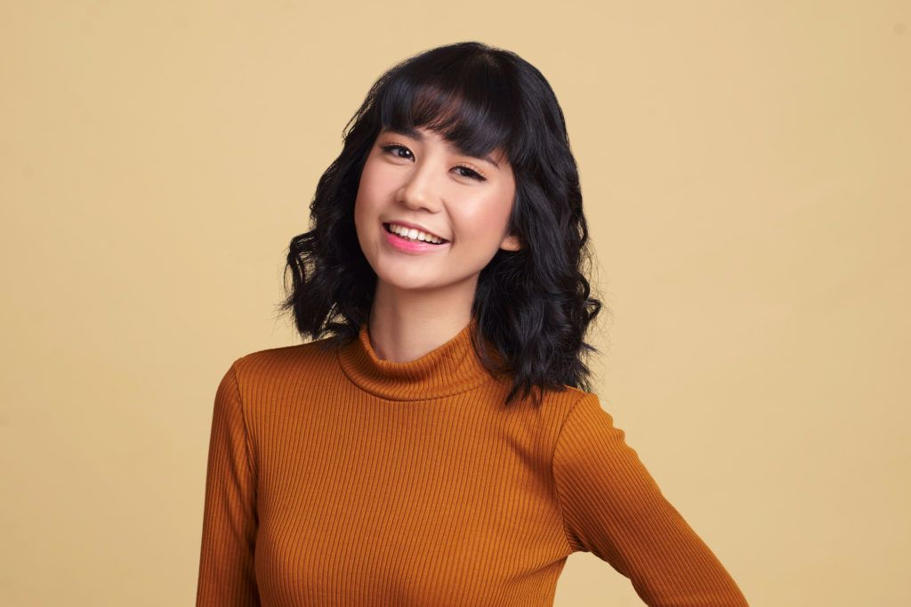 Wanita Asia dengan rambut bob sebahu keriting