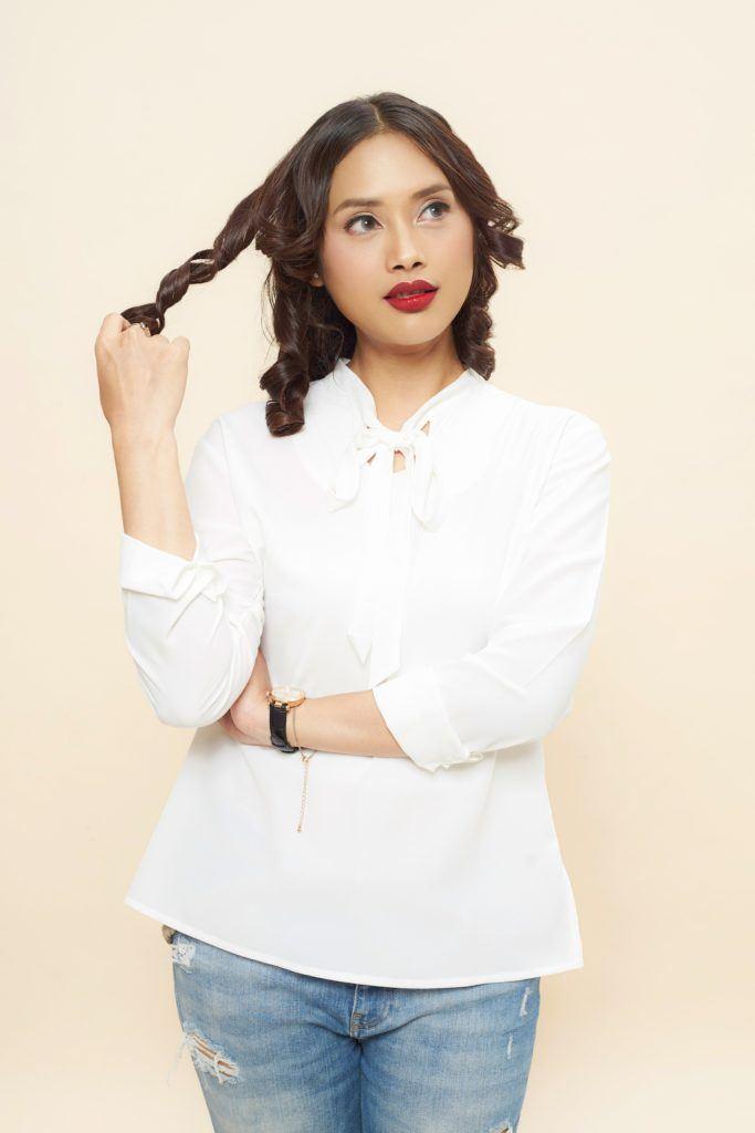 Wanita Indonesia dengan model rambut keriting sosis gaya Victorian.