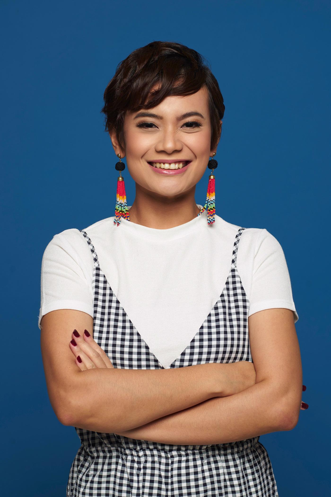 Wanita Asia dengan model rambut messy textured pixie cut