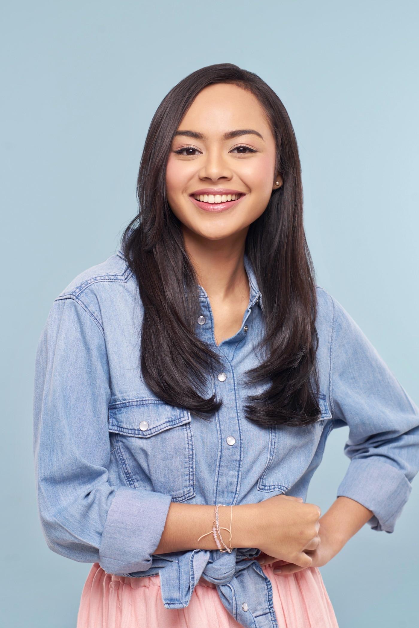 Wanita Asia dengan rambut layer panjang