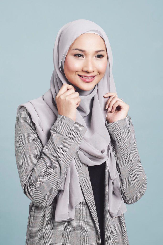 Wanita asia menata hijab modern