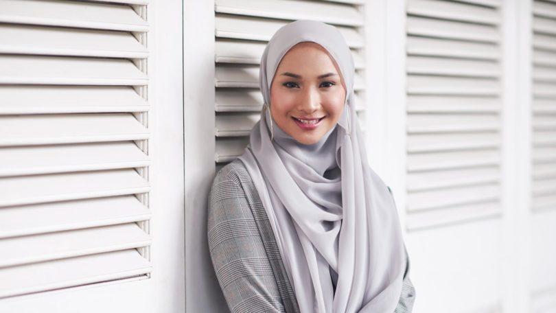 Wanita asia menggunakan gaya hijab modern - tutorial hijab modern