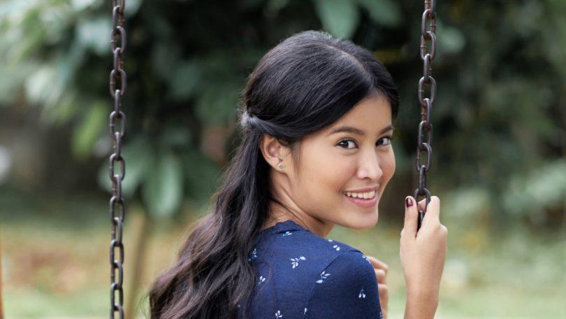 Wanita asia dengan rambut hitam dan cara menata half crown braid