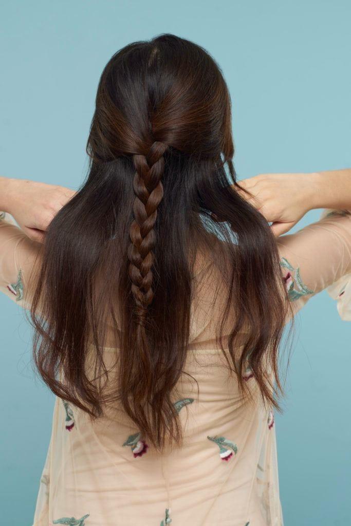 Wanita Asia dengan model rambut kepang half up half down