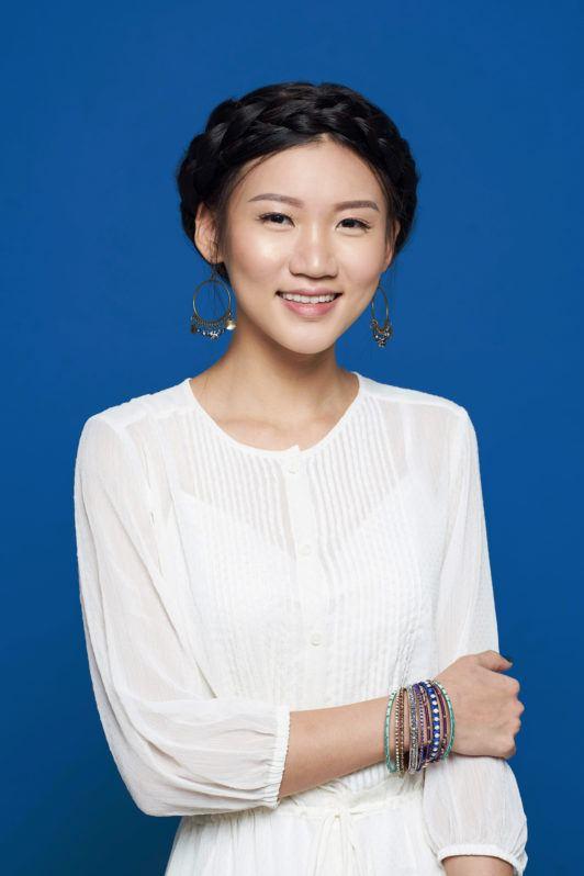 Wanita Asia dengan model rambut crown braid.