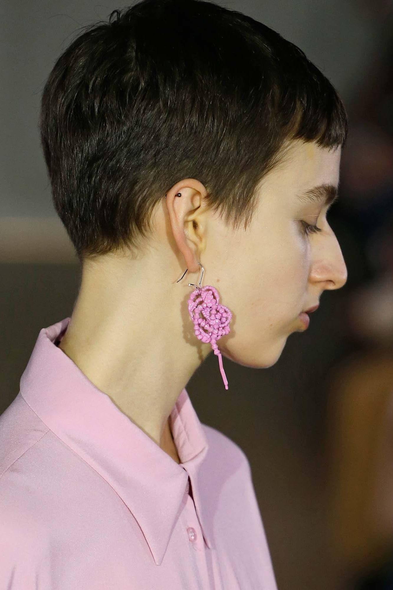 Model wanita dengan model rambut pixie cut