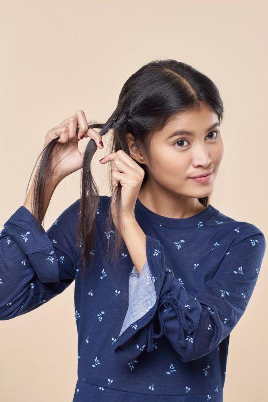 Wanita asia dengan rambut hitam panjang mengepang rambut - half crown braid