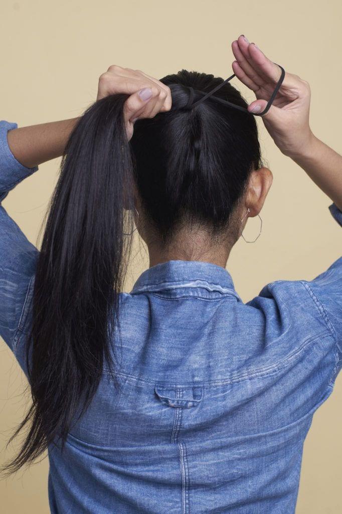 Wanita asia membuat ponytail