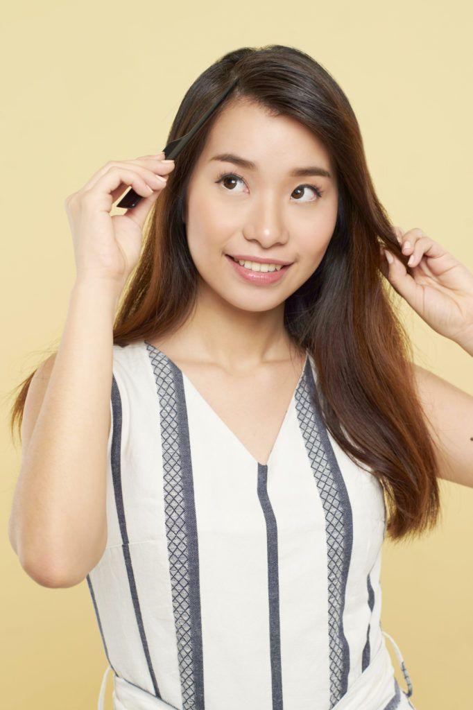 Wanita asia dengan rambut panjang cokelat membelah rambut – cara membuat rambut bervolume
