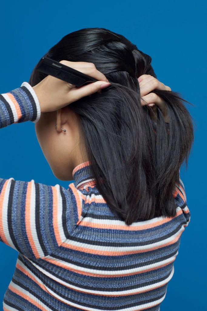 Wanita asia berambut pendek mengepang rambut dengan sisir sasak