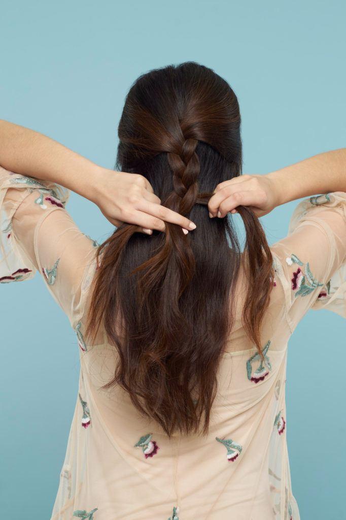 Wanita asia dengan rambut dark brown mengepang rambut - half up half down braid