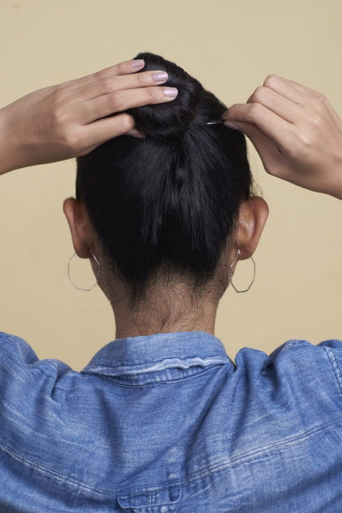 Wanita asia membuat cepol