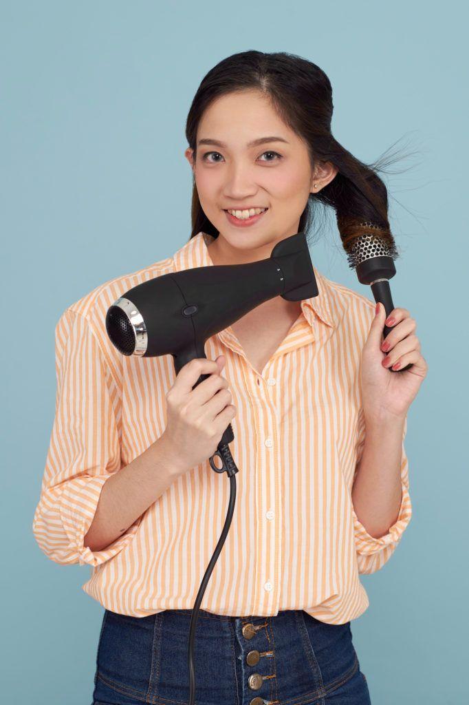 Wanita asia dengan rambut panjang blow dry rambut - cara membuat rambut lebih tebal