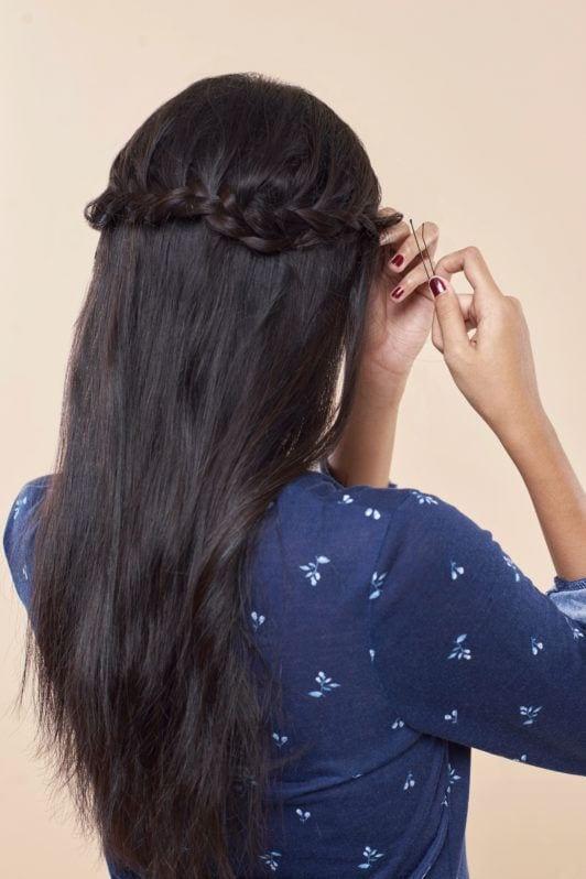 Wanita asia dengan rambut hitam menjepit kepang rambut - half crown braid