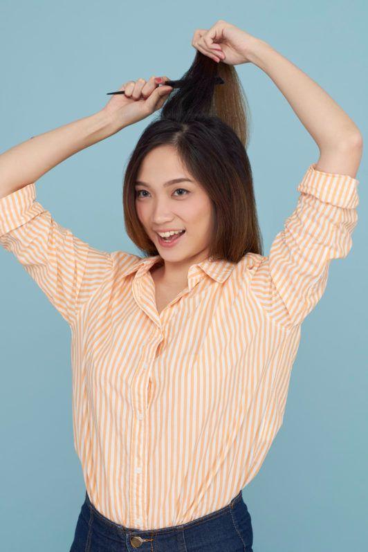 Wanita asia dengan rambut panjang menyasak rambut - cara membuat rambut terlihat tebal