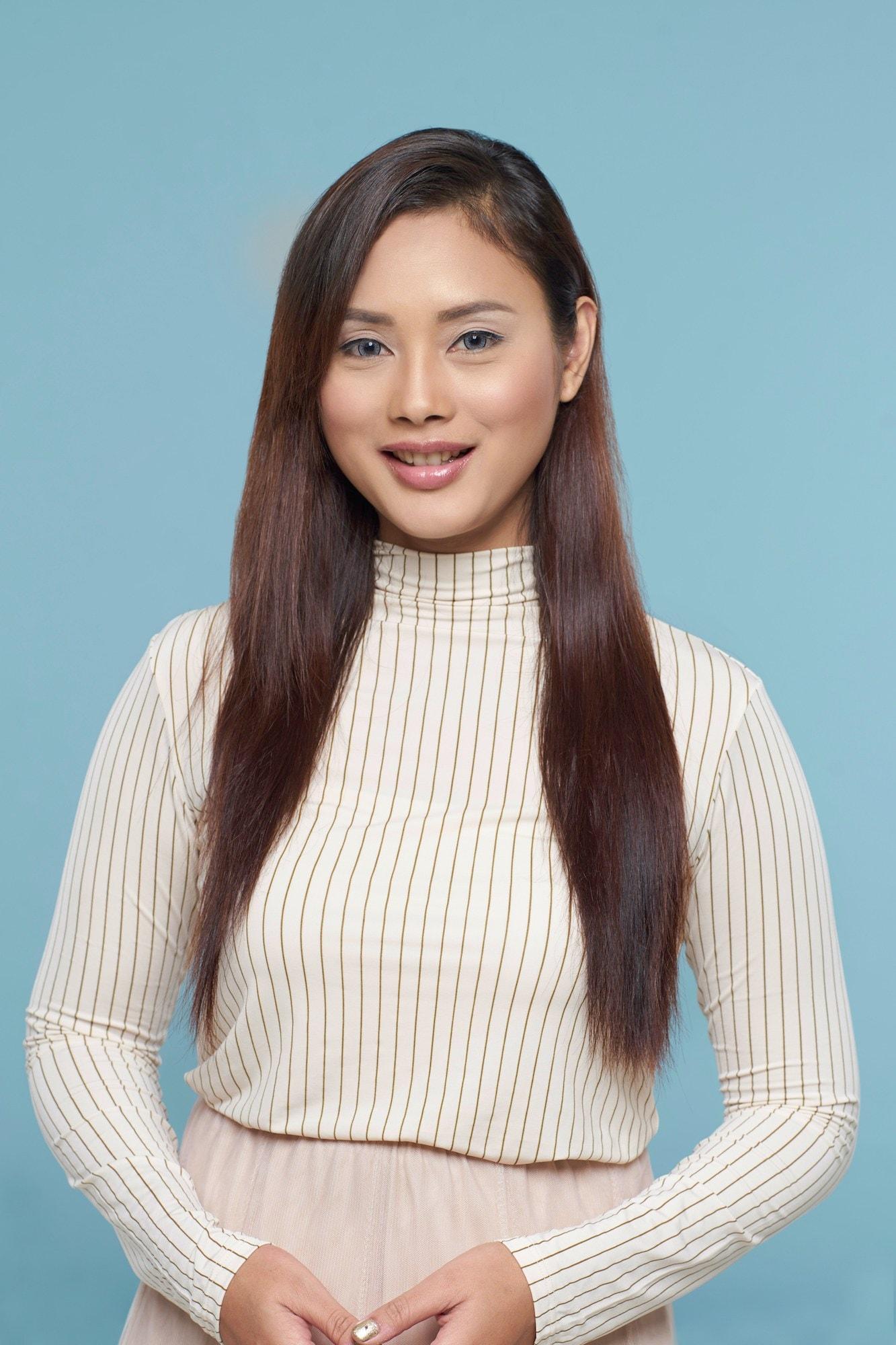 Wanita asia dengan rambut lurus smoothing