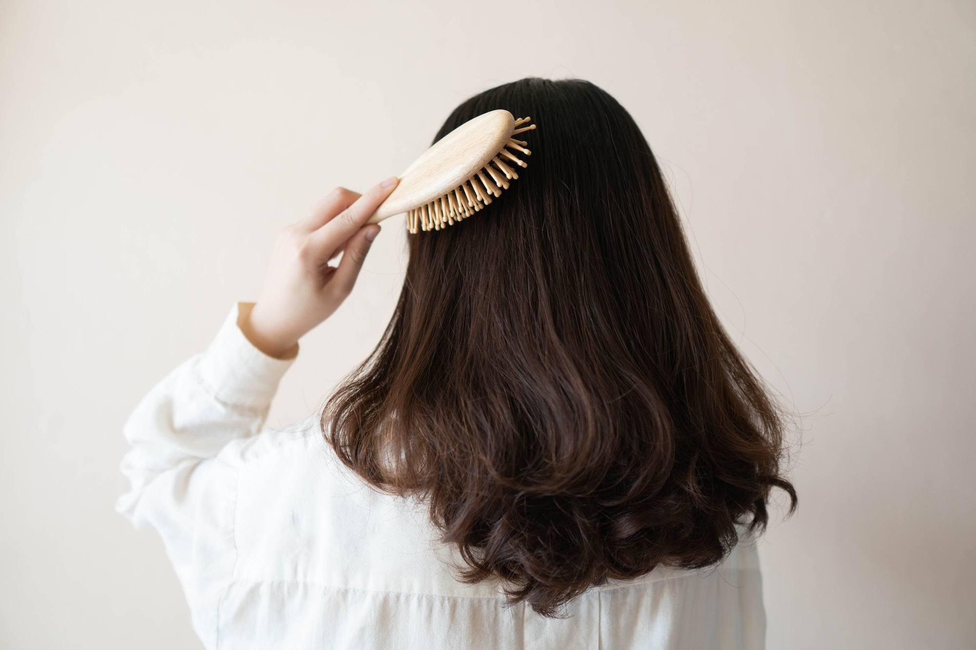 Smoothing rambut adalah salah satu perawatan di salon bagi wanita yang menginginkan rambut mereka terlihat lurus, lembut, dan berkilau.
