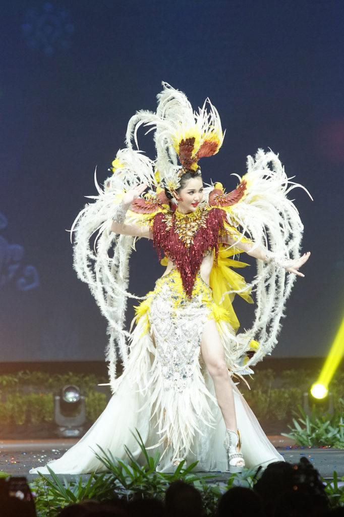 Miss Universe 2018 Sonia Fergina Citra dengan kostum nasional.