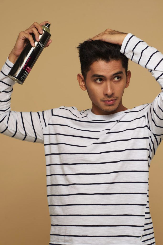 Pria Asia memakai hairpsray.