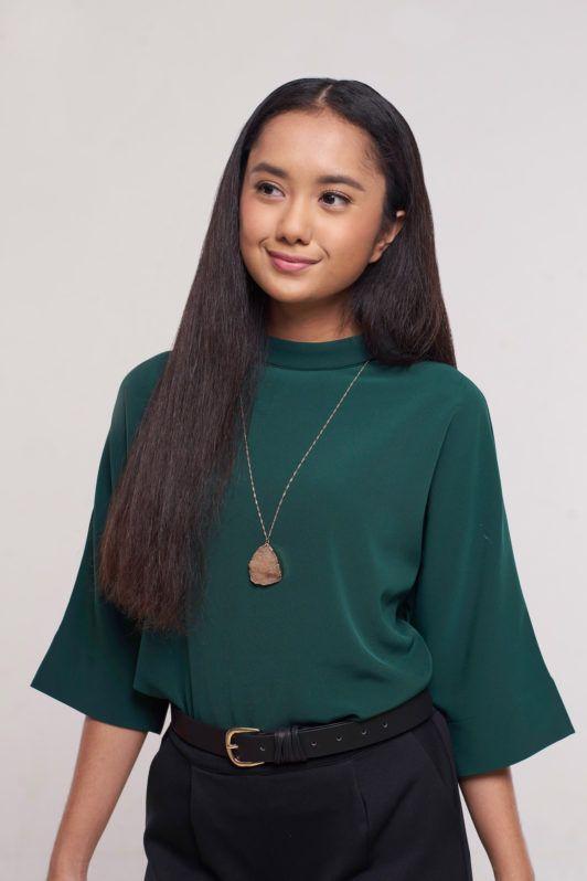 Wanita Asia dengan rambut keriting panjang yang diluruskan.