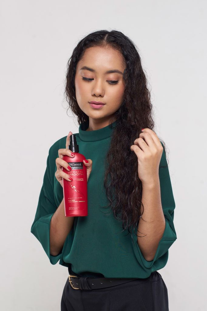 Menggunakan heat protect spray pada batang rambut
