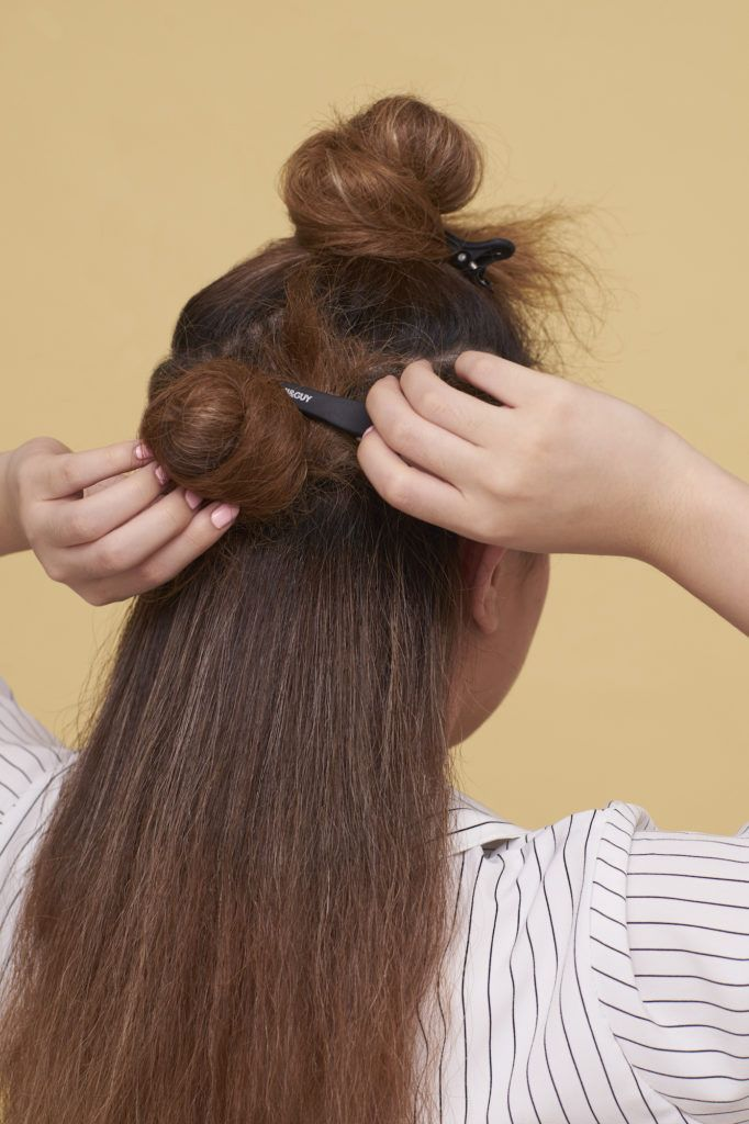 Wanita asia dengan rambut cokelat membagi tiga rambut
