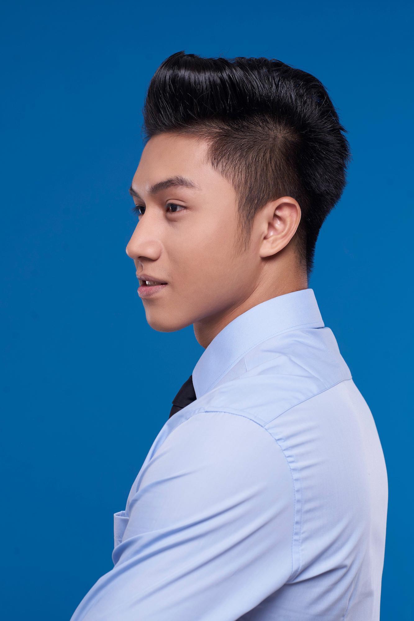 Pria asia dengan warna rambut hitam menggunakan gaya rambut pompadour.